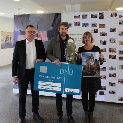 Johnny Hanssen DnB, kunstner Tore Reisch og direktør  Tone Jørstad. Foto: Arnhild Jordet